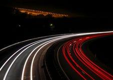 Strada principale con le tracce degli indicatori luminosi dell'automobile Fotografie Stock