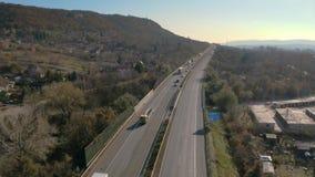Strada principale con traffico stock footage