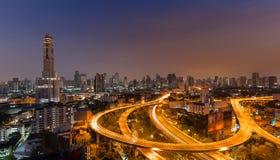 Strada principale curva con la costruzione più alta Immagine Stock