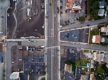 Strada principale da sopra tramite un fuco in una piccola città Immagini Stock