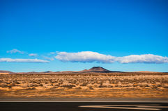 Strada principale da uno stato all'altro 15 da California al passaggio del Nevada con Moj Fotografie Stock