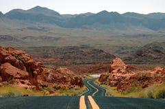 Strada principale della montagna del deserto di bobina Immagini Stock