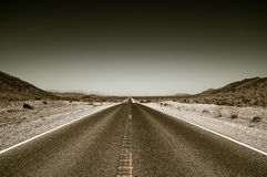 Strada principale della strada del deserto nel parco nazionale di Death Valley Fotografia Stock