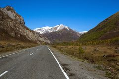 Strada principale di Chuya in Altay Mountains Corsa Fotografie Stock
