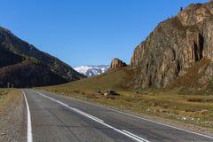 Strada principale di Chuya in Altay Mountains, Russia Corsa Fotografie Stock