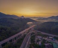 Strada principale di esclusione di esclusione di Rawang al ` di Rawang selangor del ` durante l'alba Fotografia Stock