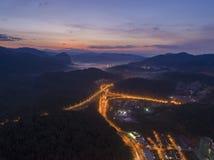 Strada principale di esclusione di esclusione di Rawang al ` di Rawang selangor del ` durante l'alba Immagine Stock Libera da Diritti