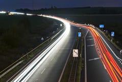 Strada principale di notte - righe chiare dell'automobile immagini stock libere da diritti