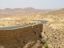 Strada principale di piegamento nel deserto fra le città Immagine Stock Libera da Diritti