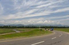 Strada principale di stato che unisce Assa e Arunachal Pradesh, Tinsukia, l'Assam immagine stock
