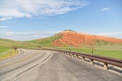Strada principale a due corsie d'avvolgimento attraverso il Wyoming fotografia stock