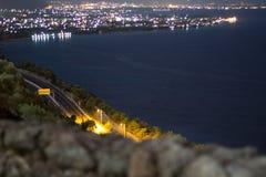 strada principale ed oceano di notte Immagine Stock Libera da Diritti