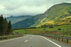 Strada principale fra le colline e le montagne in Germania. Fotografia Stock Libera da Diritti