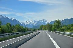 Strada principale libera a garmisch nelle alpi bavaresi, mountai dello zugspitze Immagini Stock