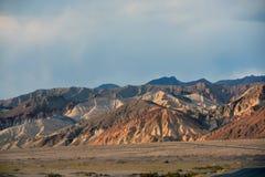 Strada principale lunga del deserto che conduce nel parco nazionale di Death Valley Immagini Stock Libere da Diritti