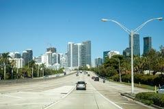 Strada principale lungo orizzonte di Miami, Florida nel bel mezzo della città fotografia stock