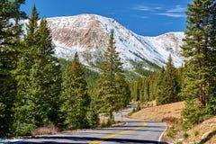 Strada principale in montagne rocciose del Colorado fotografie stock