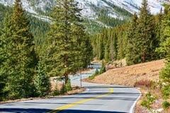 Strada principale in montagne rocciose del Colorado fotografia stock