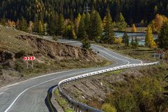 Strada principale nel tempo di autunno, Altay Mountains di Chuya Immagini Stock Libere da Diritti