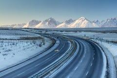 Strada principale nella stagione invernale con le montagne Immagine Stock Libera da Diritti