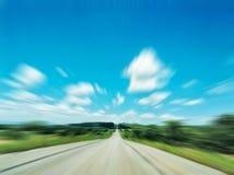 Strada principale non marcata lunga in mezzo alla natura ed alla bella SK Immagine Stock Libera da Diritti