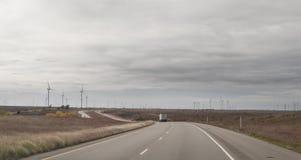 Strada principale occidentale del Texas con il parco eolico, generatori eolici immagini stock libere da diritti