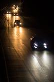 Strada principale occupata alla notte con le automobili Fotografie Stock