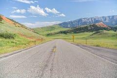 Strada principale pavimentata a due corsie nelle montagne fotografie stock