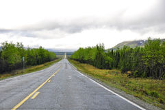 Strada principale senza fine nell'Alaska Immagini Stock