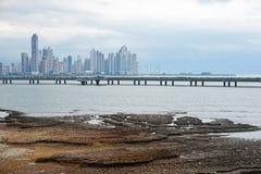 Strada principale sopra l'oceano ed i grattacieli di Panama City Immagini Stock Libere da Diritti