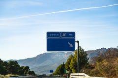 Strada principale spagnola davanti alle montagne Sierra Nevada Immagini Stock