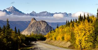 Strada principale Stati Uniti di Matanuska River Valley Alaska delle montagne di Chugach Fotografia Stock Libera da Diritti