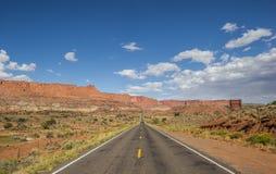 Strada principale 12 a sud di Torrey e scogliera del Campidoglio nell'Utah Fotografia Stock Libera da Diritti