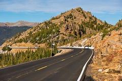 Strada principale in tundra alpina Montagne rocciose, Colorado Immagini Stock Libere da Diritti