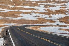 Strada principale in tundra alpina Rocky Mountain National Park in Colorado Fotografie Stock Libere da Diritti