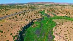 Strada principale in una bella valle della pianura del canyon stock footage