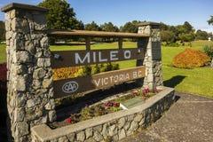 Strada principale zero Victoria British Columbia del trasporto Canada dell'indicatore del monumento di miglio immagini stock