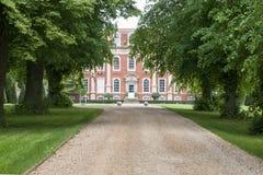 Strada privata allineata albero al palazzo Fotografia Stock