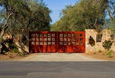 Strada privata privata con grandi cancelli rossi Fotografie Stock Libere da Diritti