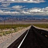 Strada retrocedere in Death Valley immagini stock libere da diritti