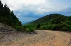 Strada ripida della montagna in Quy Nhon, Vietnam immagine stock