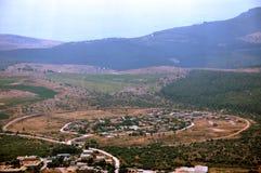 Strada rotonda intorno al villaggio rotondo Immagine Stock