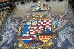 Strada a Royal Palace con la stemma antica del mosaico sul castello immagine stock libera da diritti