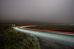 Strada rurale alla notte nella nebbia - gatto e violino Fotografia Stock Libera da Diritti