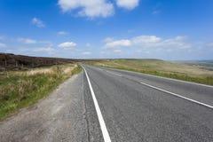 Strada rurale A640 che passa Yorkshire irregolare Moorland Fotografia Stock