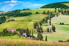 Strada rurale d'avvolgimento spettacolare con i cipressi in Toscana, Italia, Europa immagine stock libera da diritti