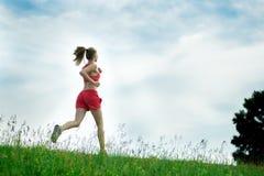 Strada rurale del parco corrente di estate della giovane donna Esercitazioni esterne J Fotografie Stock Libere da Diritti