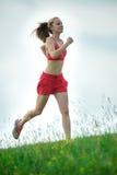 Strada rurale del parco corrente di estate della giovane donna Esercitazioni esterne J Immagini Stock Libere da Diritti