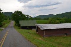 Strada rurale e granai della montagna occidentale di NC fotografia stock libera da diritti