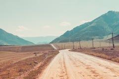 Strada rurale in montagne di Altai Tonalità creativa dell'annata Immagini Stock